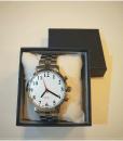 Kalbantis laikrodis su metaline apyranke